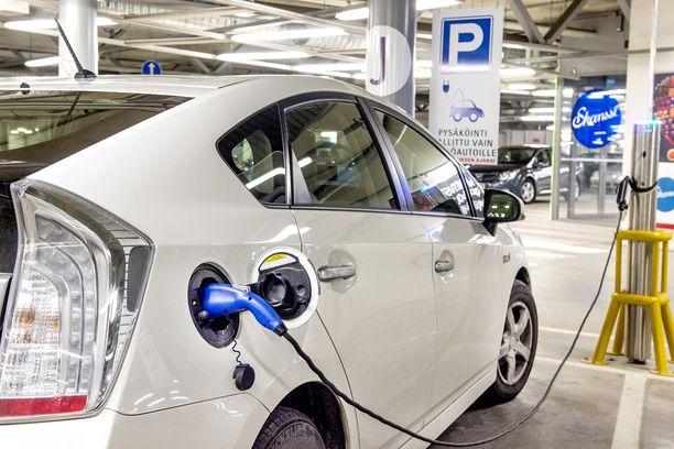 Sähköauto latauksessa kauppakeskus Skanssissa Turussa 2016.
