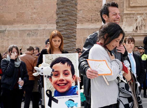 Gabrielin vanhemmat murtuivat kyyneliin hautajaisissa.