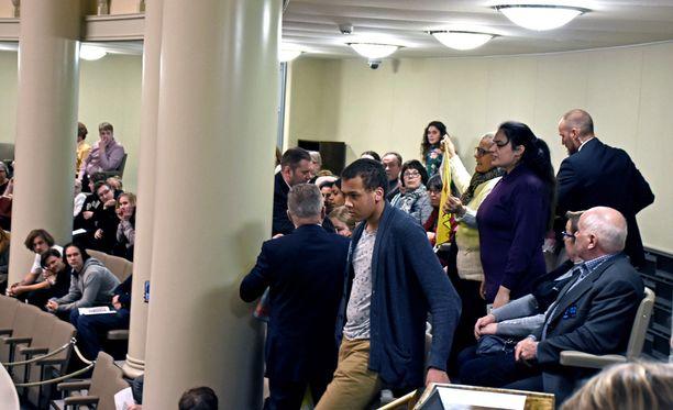Joukko ihmisiä alkoi huudella lehtereiltä kesken eduskunnan kyselytunnin.