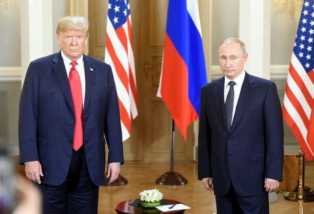 """""""Tässä kuvassa Trumpin housut ovat selvästi rypyssä. Vaihtaisin hänen pukunsa materiaalin esimerkiksi erittäin laadukkaaseen villaan tai villasekoitteeseen, joka ei rypisty,"""" arvioi pukuasiantuntija ja sovitusmestari Petri Palovaara."""