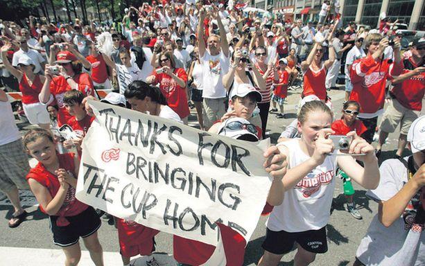 KIITOS Red Wings -fanit hullaantuivat Stanley Cup -voitosta. Pokaali palasi autokaupunkiin kuuden vuoden tauon jälkeen. Mestaruus oli Detroitille peräti 11:s.