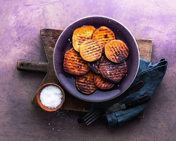 Bataatti maistuu myös grillattuna. Grillaus-lehdessä kerrotaan, millaisilla kikoilla saat grillikasviksista ekstraherkullisia.