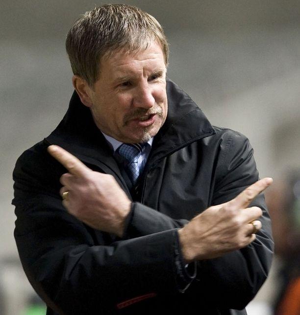 Stuart Baxter eläytyy Suomi-debyyttiinsä.