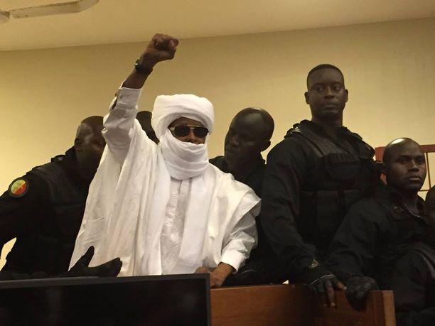 Valkoiseen turbaaniin ja aurinkolaseihin pukeutunut Hissene Habre kieltäytyi tunnustamasta tuomioistuinta eikä suostunut vastaamaan syytteisiin.