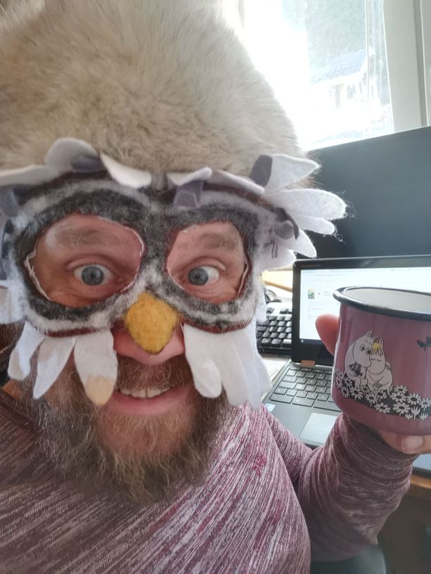 Opettaja Matti Kotonen on jakanut hassutteluasuistaan kuvia myös sosiaalisessa mediassa. Pöllöasu on ollut suosituin.