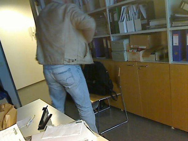 Mies laittaa jotain taskuunsa ja poistuu huoneesta vähin ääniin samaan suuntaan, johon hän oli alunperinkin menossa.