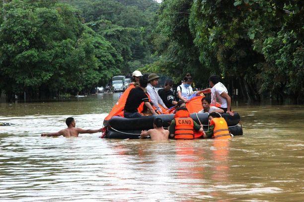 Paikallisia siirrettiin turvaan kumiveneellä Lai Chaussa sunnuntaina.