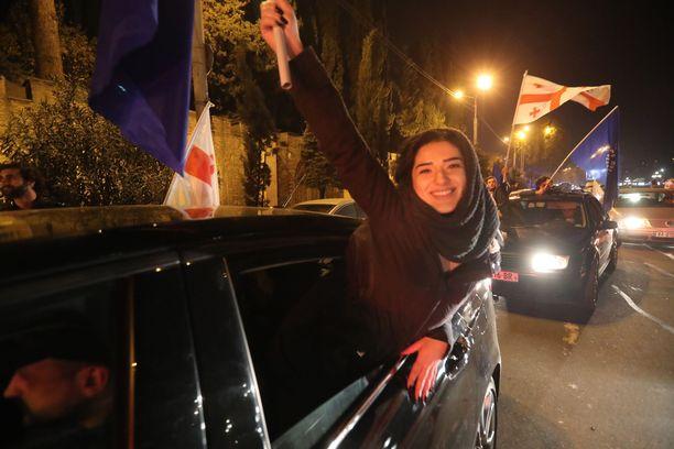 Vaalihuumaa pääkaupunki Tbilisissä sen jälkeen, kun alustava vaalitulos annettiin.