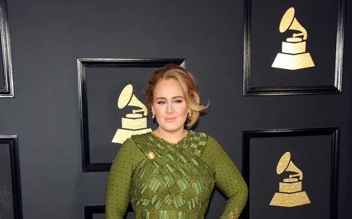 """Hurjasti laihtunut Adele kamppailee itsetunto-ongelmien kanssa: """"Hänen on vaikeaa uskoa näyttävänsä niin hyvältä"""""""