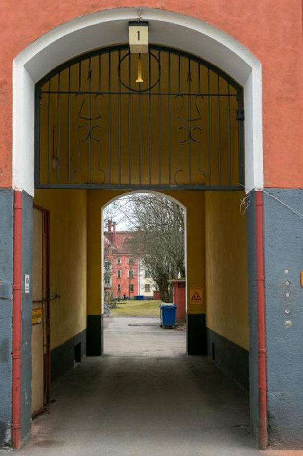 Suurelle pihalle pääsee muun muassa komean porttikongin läpi.