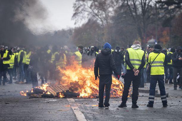 Lauantaisissa mielenosoituksissa Pariisissa pidätettiin 412 ihmistä.
