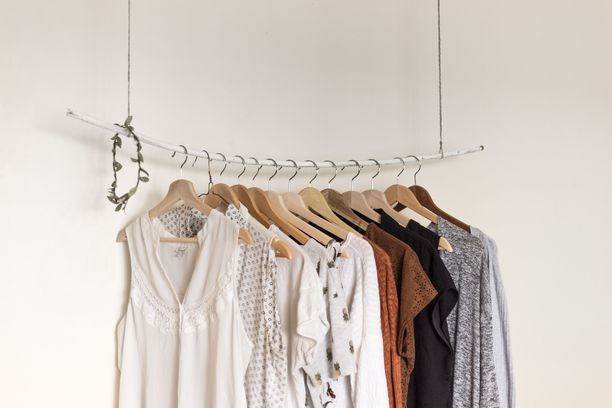 Itselle tarpeettomat vaatteet kannattaa pistää kiertoon kirpparille.