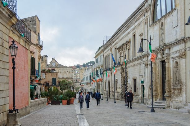 Uudempaa Materaa. Kulttuuripääkaupungin titteli tuonee lisää kulkijoita kuvan Via Ridola -kadulle,