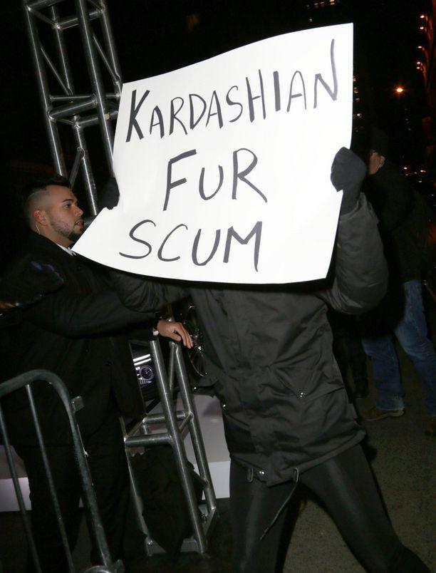 Mielenosoittajien mukaan Kardashianit tukevat käytöksellään turkisteollisuutta.