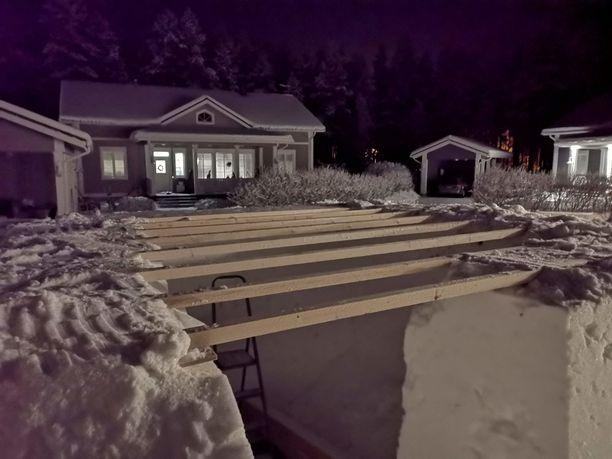 Lasse Räihä teki katon turvalliseksi puuosien avulla, joiden päälle laitettiin vaneri. Lumikatto tuli vasta vanerin päälle.