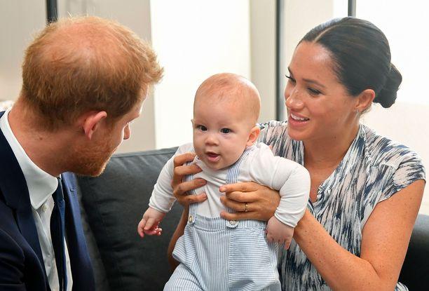 Prince Harry  ja Sussexin herttuatar Meghan sekä Archie Harrison Mountbatten-Windsor Kapkaupungissa. Archie ei ujostellut uusien ihmisten tapaamista.
