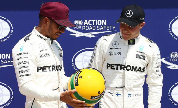 Lewis Hamilton esitteli Sennan kypärää Valtteri Bottakselle.