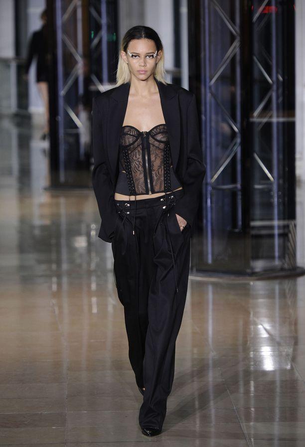Jo Marlene Dietrich tiesi, että maskuliininen housupuku näyttää naisella upealta. Supernaisellinen aluspaita luo kiinnostavan kontrastin.