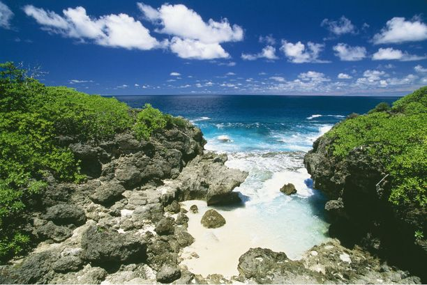 Saarelta löytyy pieniä hiekkarantoja, joissa muista ei ole häiriöksi.