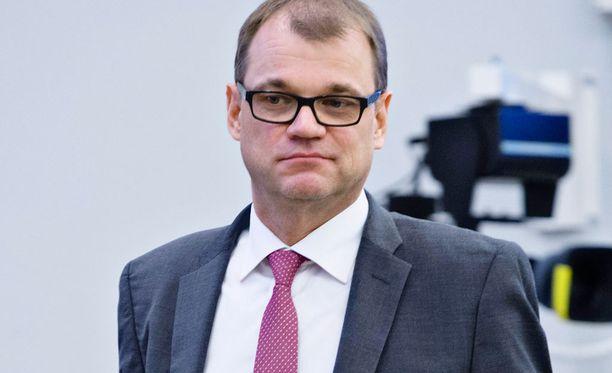 Juha Sipilä kannustaa nuorten kiekkomaajoukkuetta.