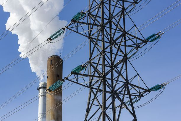 Sähkönsiirron hinta on kestopuheenaihe. Hallituksen esitys pyrkii suitsimaan hintoja.