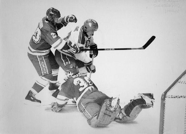 Erkki Laine hyökkää Sveitsin maalille, mutta Richard Bucher torjuu. Laine oli Calgaryn kisoissa Suomen paras pistemies kahdeksan ottelun saldollaan 4+6=10.