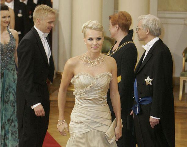 Minna Kauppi ihastutti Linnan juhlissa. Takana kättelyvuorossa Kaupin puoliso, suunnistaja Pasi Ikonen.