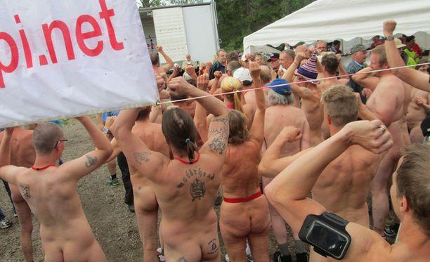 Peräti 75 alastonta kuntoilijaa osallistui tapahtumaan tänä vuonna.