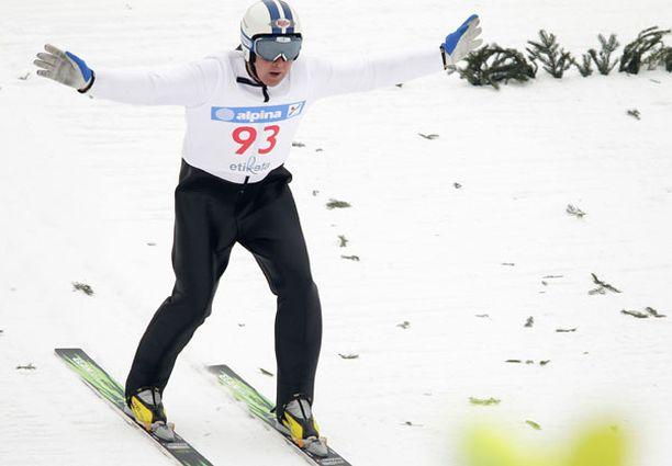 ALASTULO Matti Nykänen toi hyppynsa alas olympiavoittajan kokemuksella.