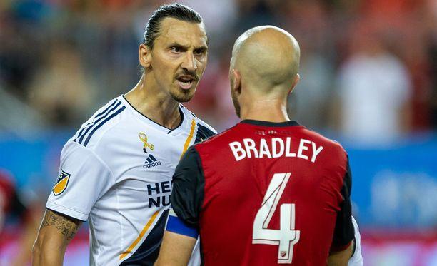 Zlatan ja Michael Bradley kinastelivat pelin aikana.