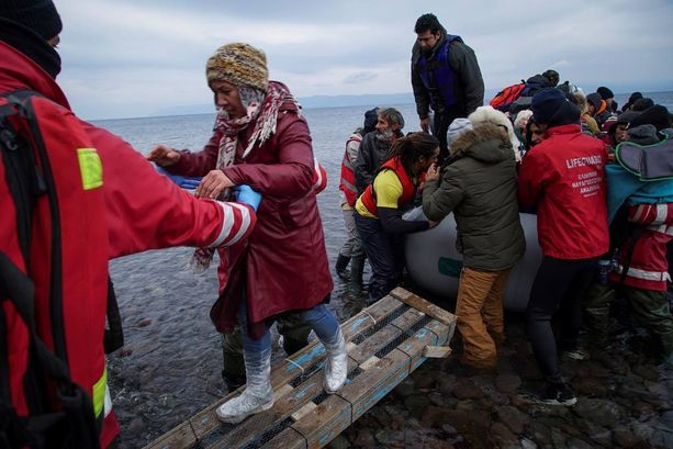 Vapaaehtoiset auttavat usein kumiveneillä saapuvia turvapaikanhakijoita Kreikan rannikolla.