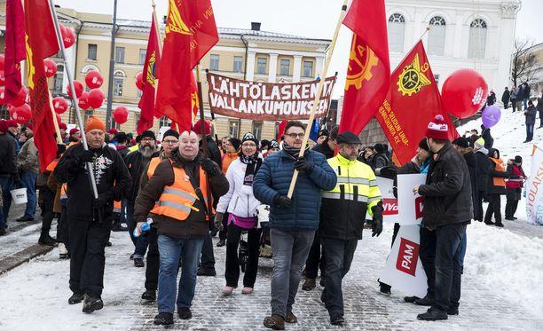 EK ja SAK ovat yli 100 miljoonan euron päässä toisistaan perjantain lakon kustannuksista Suomelle.