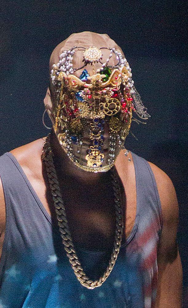Kanyen konsertissa nähtiin myös innovatiivisia kasvonaamioita.