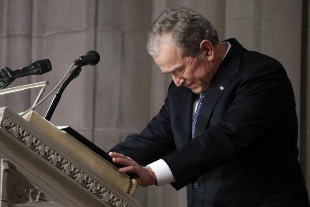 Presidentti George W. Bush murtui kyyneliin pitäessään muistopuhetta isälleen George H.W. Bushille.