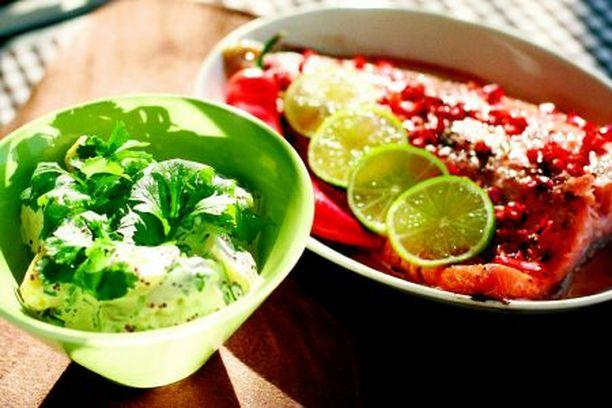 Tarjoile itämaiset lohifileet perunasalaatin kanssa.