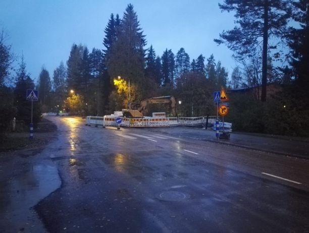 Lastenvaunuja työntänyt nainen kuoli kuorma-auton alle Jyväskylän Erämiehenkadulla.