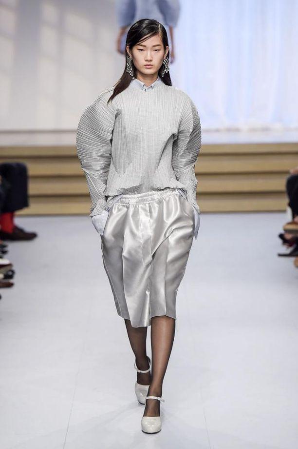 Jil Sander todistaa, että minimalistinenkin kokonaisuus voi olla kujeileva.