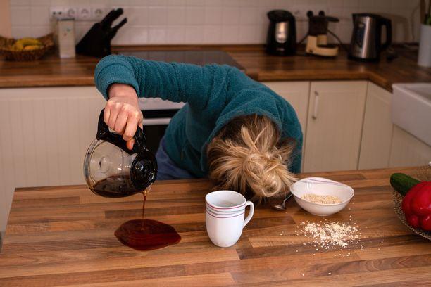 Ajoittainen väsymys on tavallista. Jos väsymys jatkuu viikkoja tai sille ei ole selkeää syytä, kannattaa mennä lääkäriin.