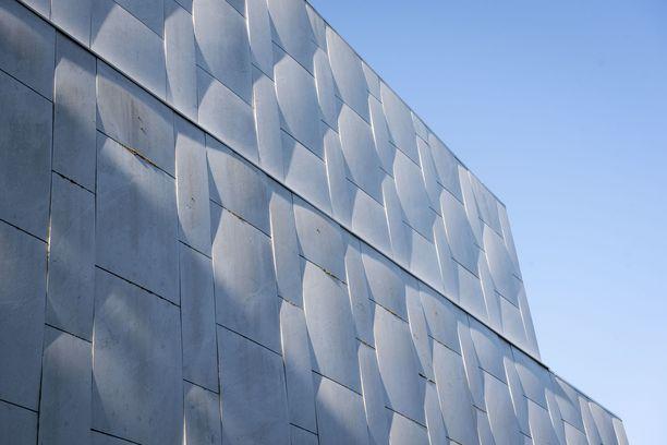 Finlandia-talon julkisivun marmorilaatat kupruilevat.