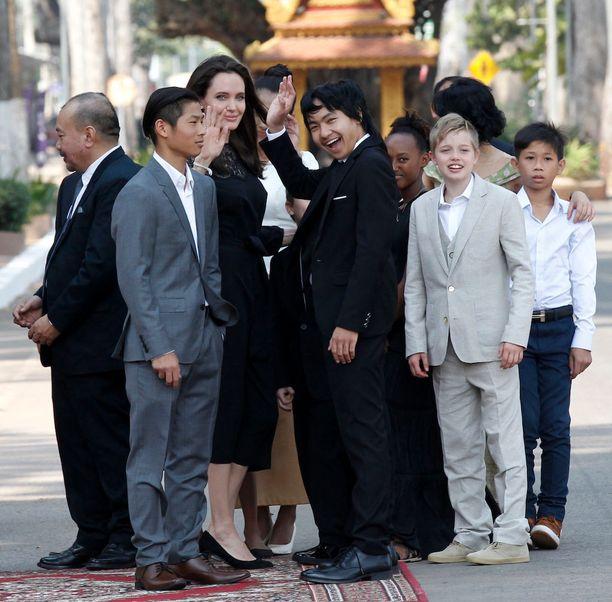 Jolie edusti lapsikatraansa kanssa.