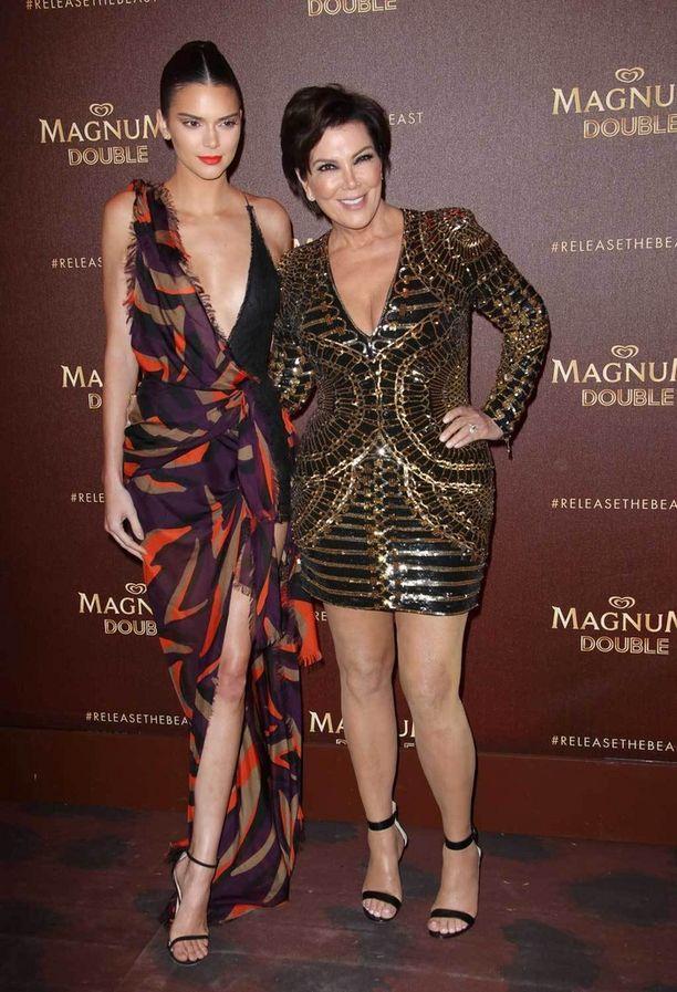 Kendall ja Kris suosivat kumpikin seksikästä tyyliä Magnumin järjestämissä juhlissa.