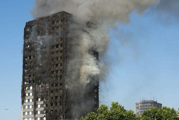 27-kerroksinen talo syttyi palamaan aamuyöstä Pohjois-Kensingtonissa.