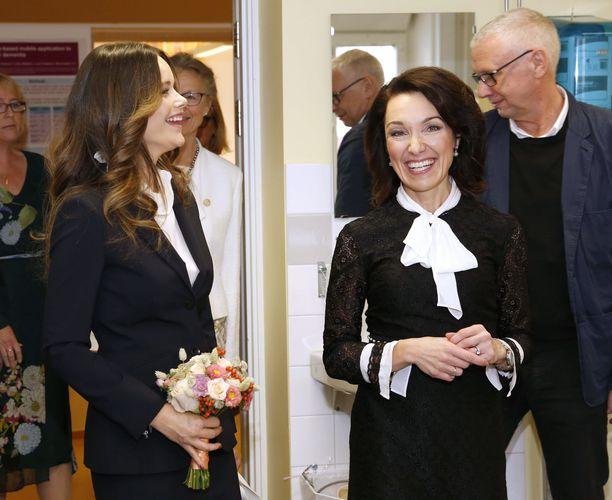 Aivotutkijana Karoliinisessa instituutissa työskentelevä Miia Kivipelto toivotti prinsessa Sofian tervetulleeksi vierailulle.