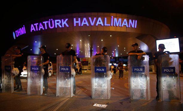 Myöhään tiistai-iltana Suomen aikaan tapahtuneen iskun jälkeen Atatürkin lentokenttä suljettiin ja kentälle suunnatut lennot peruttiin tai ohjattiin muualle. Turkin poliisi estää pääsyt alueelle iskujen jälkeen. Turkin pääministerin mukaan merkit viittavat siihen, että Isis on iskujen takana.