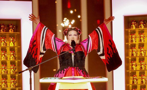Netta esiintyi kimonomallisessa asussa.