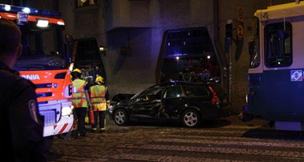 Onnettomuusautossa oli viisi henkilöä, joista kuski sekä yksi matkustaja vietiin sairaalaan tarkastukseen.