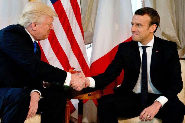 Macronin ja Trumpin kättelytuokio kesti kauan.
