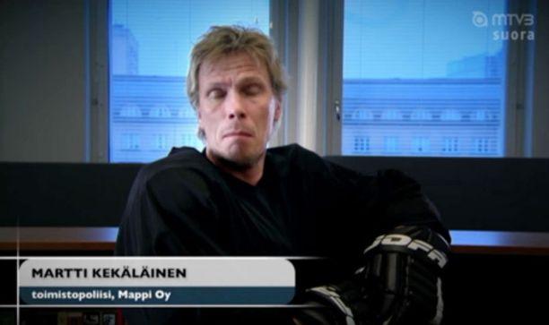 Jukka Rasila oli toimistopoliisi Putous-sketsissä lauantaina...