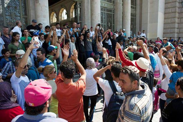 Pakolaiset osoittivat mieltään Keletin asemalla Budapestissa sunnuntaina, kun heitä ei päästetty Saksan-juniin.