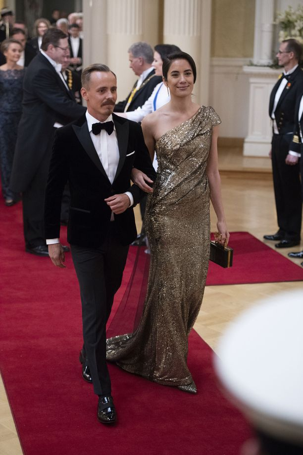 Jasper Pääkkösen naisystävä Alexandra Escat oli paljettiasussaan yksi illan tyylikuningattarista.